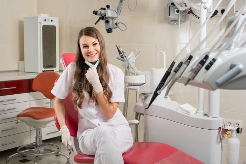 Attraktiv kvinnlig doktor med mikroskopet i det moderna tandläkarekontoret arkivbilder