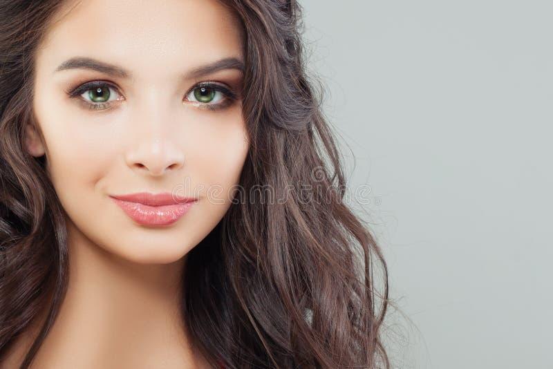 Attraktiv kvinnlig framsidacloseup Perfekt brunettmodellstående royaltyfria foton