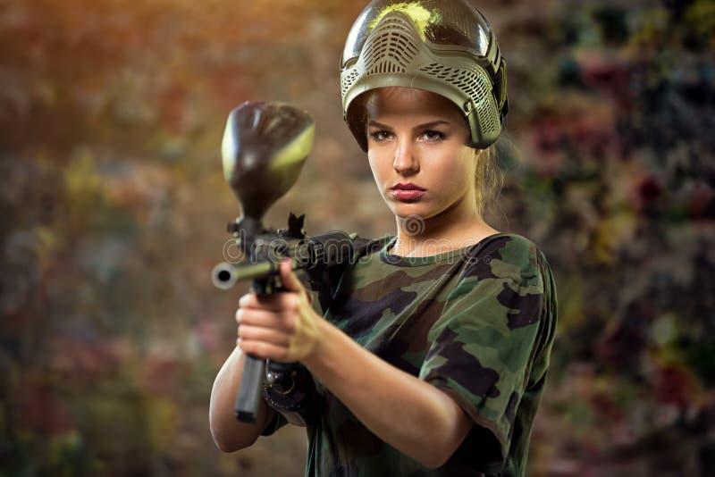 Attraktiv kvinnlig paintball royaltyfri fotografi
