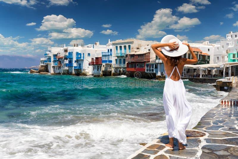 Attraktiv kvinnlig turist i berömda lilla Venedig på den Mykonos ön, Grekland