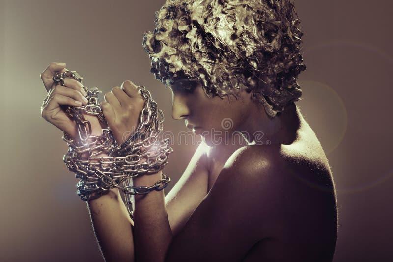 Attraktiv lady som försöker att cast av kedjor royaltyfri fotografi