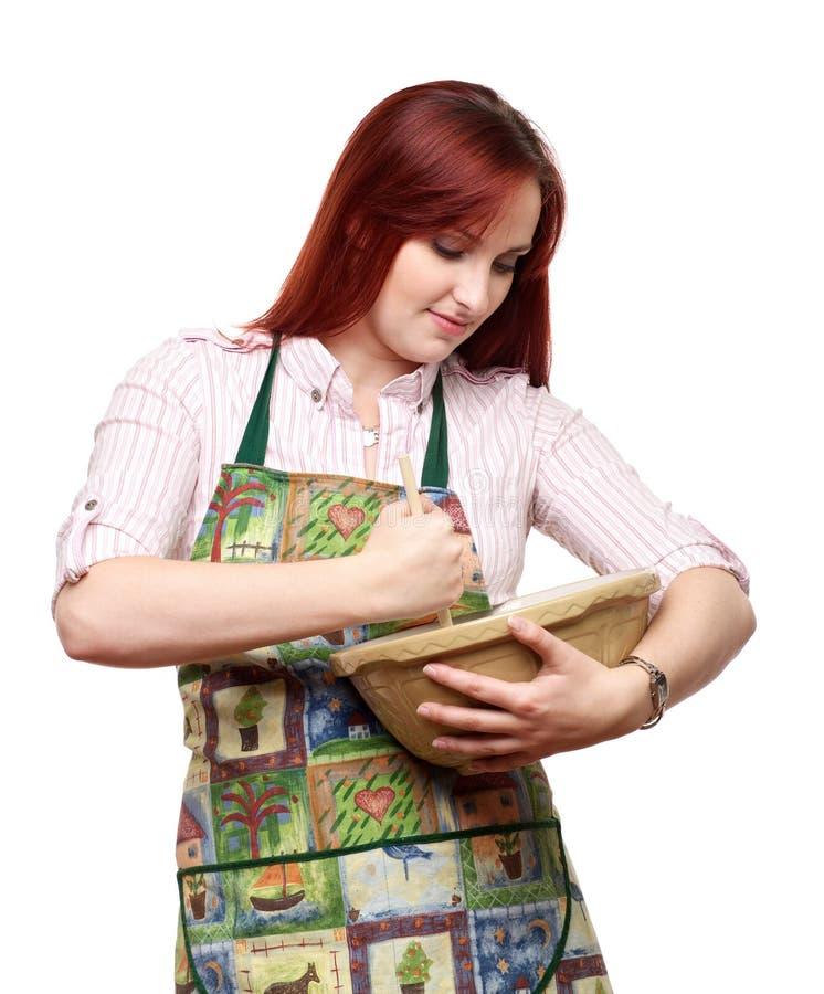 Attraktiv ladymatlagning och bakning arkivbilder