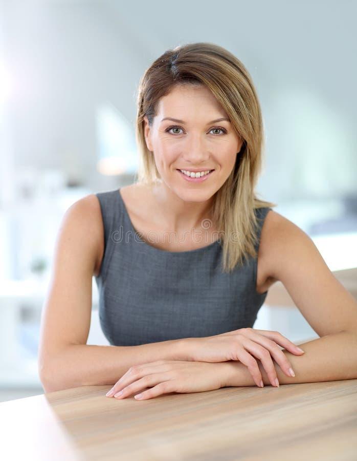 Attraktiv le affärskvinna på kontoret royaltyfri fotografi