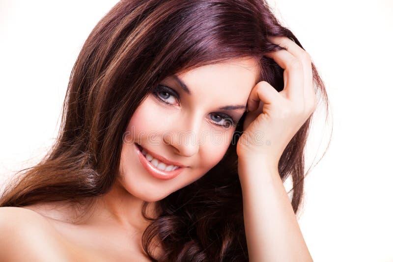 Attraktiv le brunettkvinna royaltyfri bild