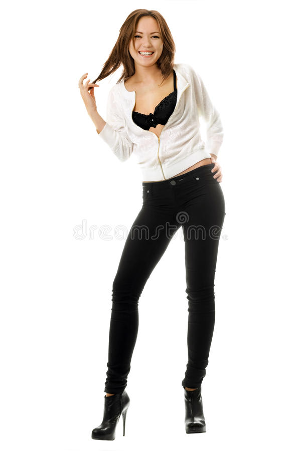 Attraktiv le flicka i svart åtsittande jeans royaltyfria bilder