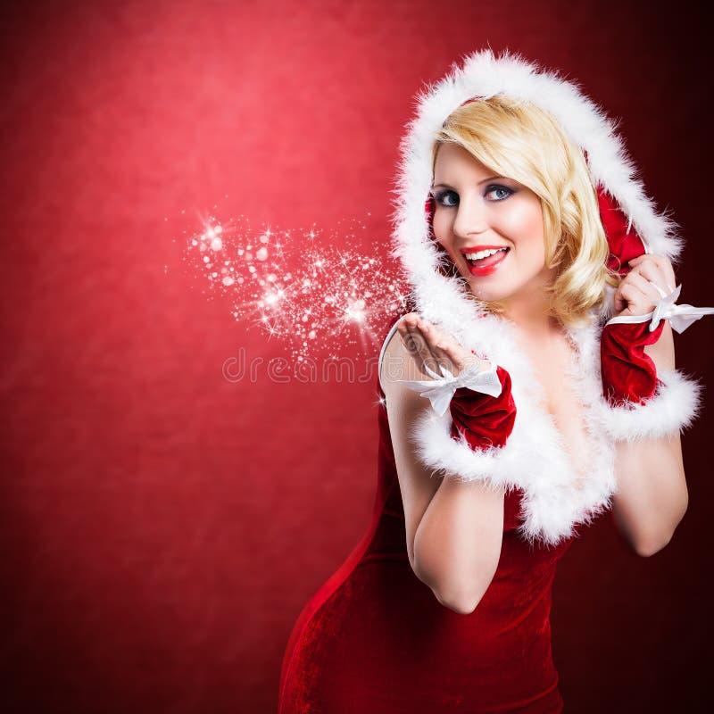 Attraktiv le kvinna i julklänning fotografering för bildbyråer