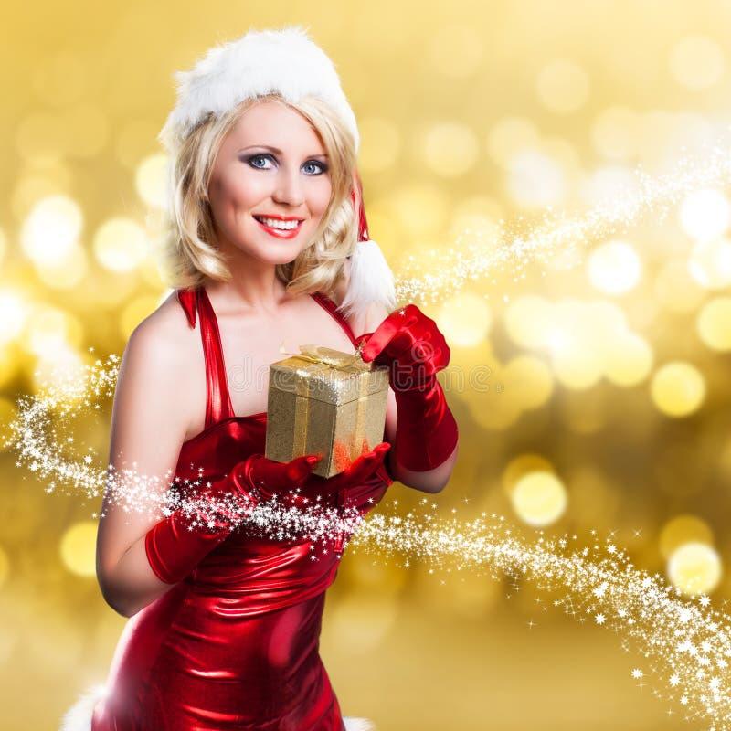 Attraktiv le kvinna i julklänning arkivfoton