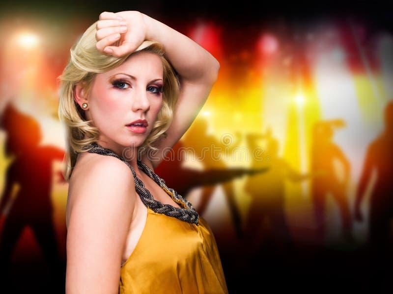 Attraktiv le kvinna med glamorös blick arkivbild