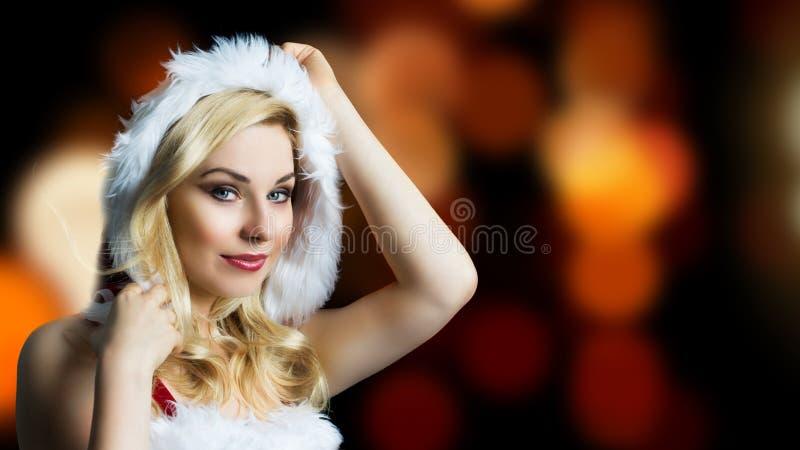 Attraktiv le miss santa arkivfoton