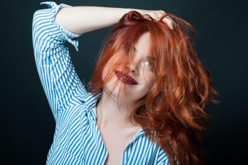 Attraktiv le rödhårig manflicka med moderiktig makeup fotografering för bildbyråer
