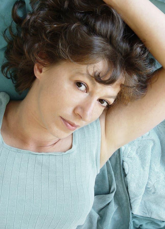 Download Attraktiv liggande kvinna fotografering för bildbyråer. Bild av watching - 37343