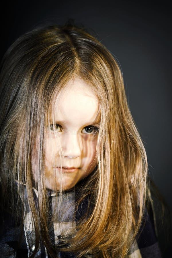 Attraktiv liten flickanärbildstående arkivbild
