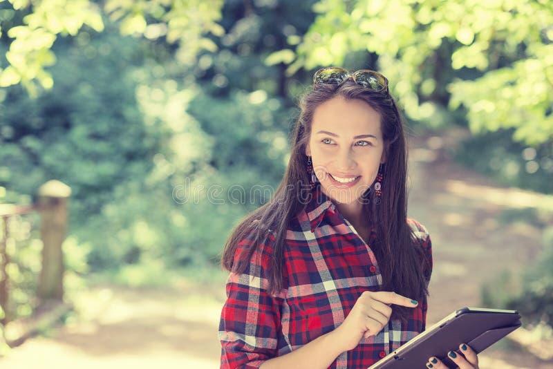 Attraktiv lycklig tillfällig kvinna som använder blockmobilPC arkivfoton