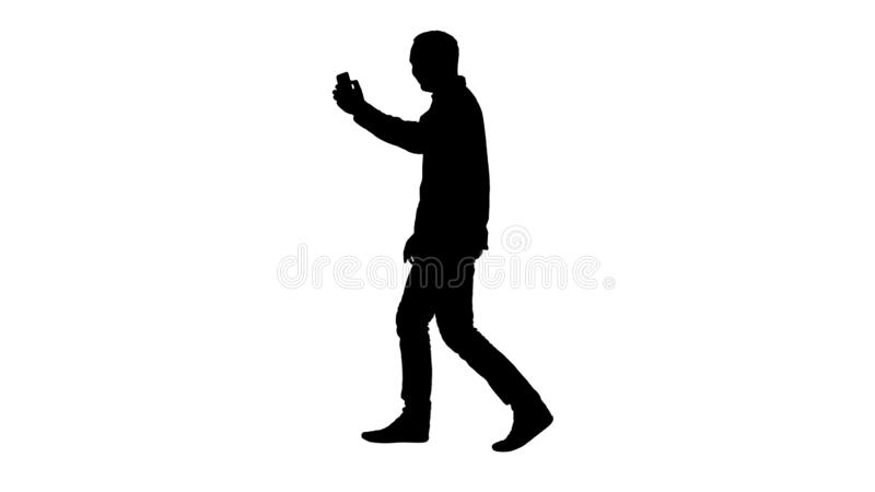 Attraktiv man f?r kontur med kort m?rkt h?r som kontrollerar bilder, n?r framst?llning av selfie vektor illustrationer