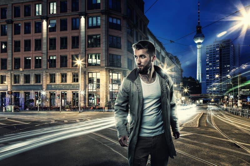 Attraktiv man i Berlin vid natt royaltyfri fotografi
