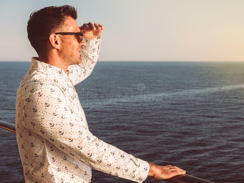 Attraktiv man i en vit skjorta med modeller i form av ankaren arkivfoto
