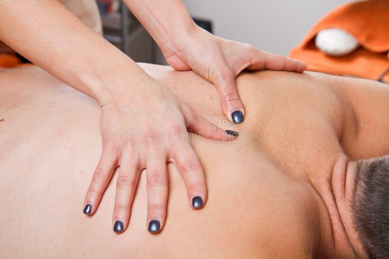 Attraktiv man som har en tillbaka massage royaltyfria bilder