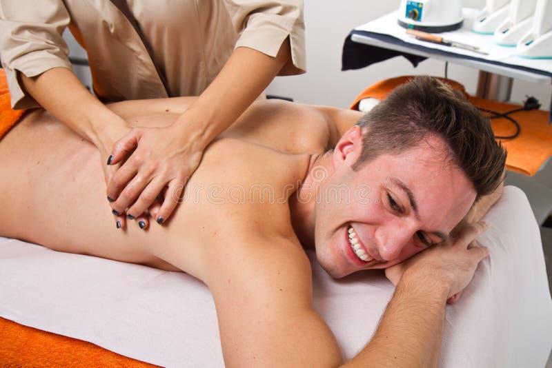 Attraktiv man som har en tillbaka massage arkivfoto