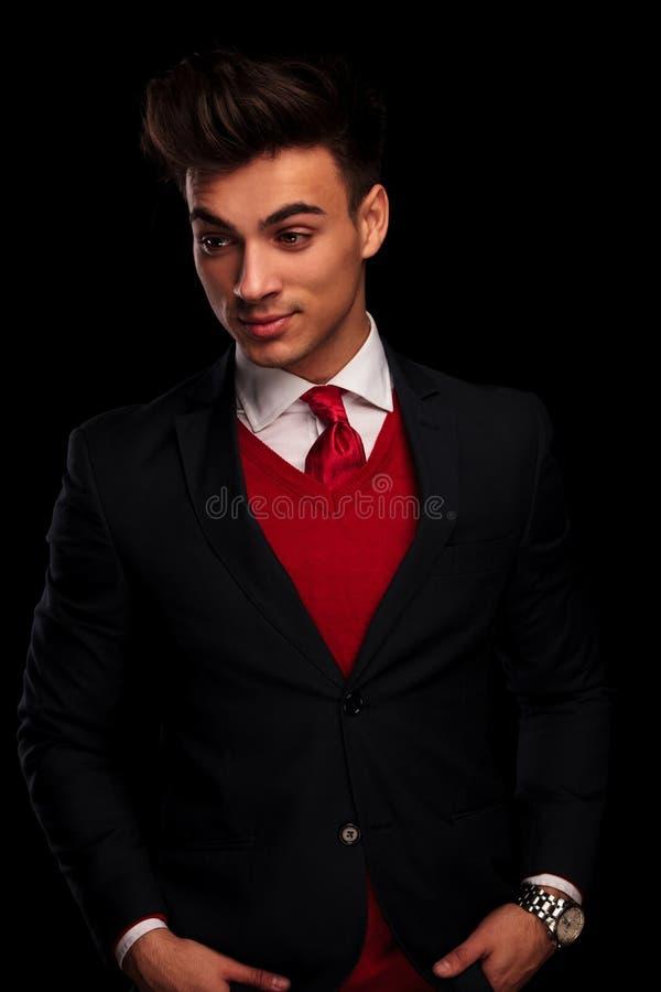 Attraktiv manlig modell i svart posera för dräkt arkivbild