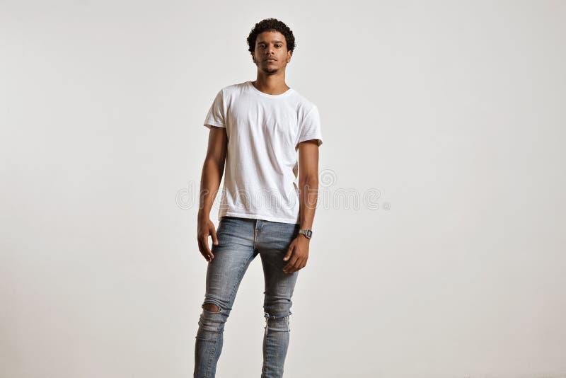 Attraktiv manlig modell som framlägger den tomma vita t-skjortan fotografering för bildbyråer