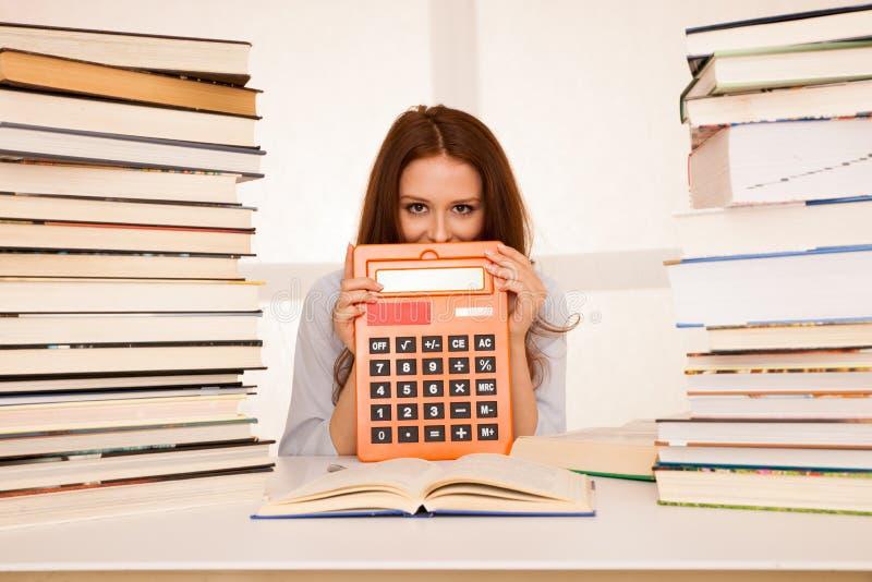 Attraktiv matematik för studi för student för ung kvinna arkivbild