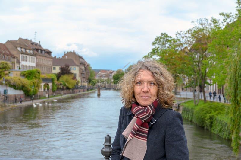 Attraktiv medelålders kvinna som poserar på en bro arkivbild
