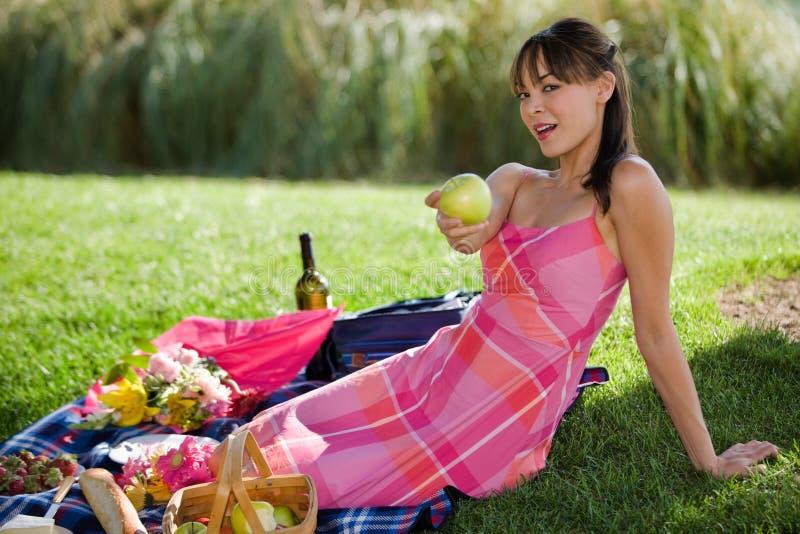 attraktiv model picknick royaltyfri fotografi