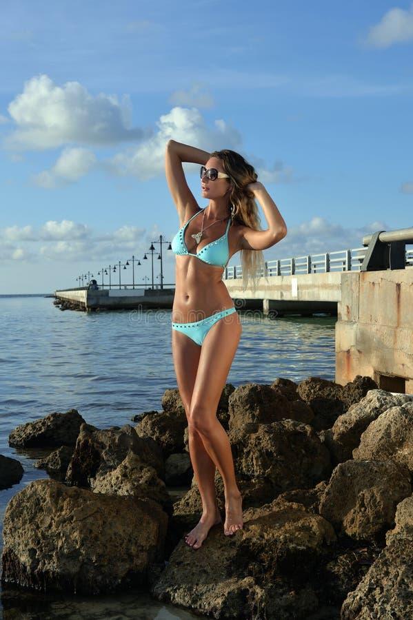 Attraktiv modell i blå bikini arkivbild