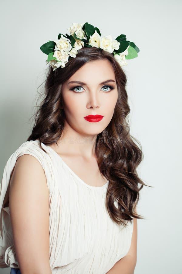 Attraktiv modell i blommakrona Stående för kvinnavårmakeup royaltyfri fotografi