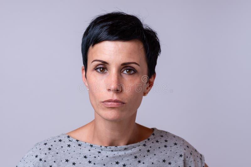 Attraktiv moderiktig kvinna med kort mörkt hår royaltyfri fotografi