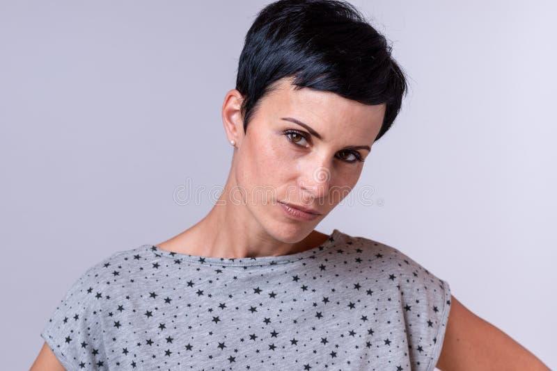 Attraktiv moderiktig kvinna med kort mörkt hår royaltyfri foto