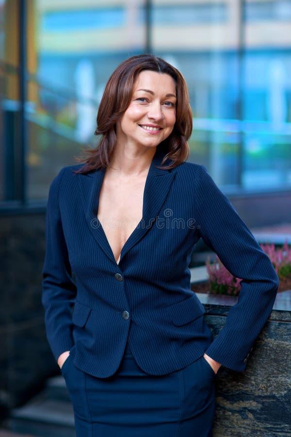 Attraktiv mogen affärskvinna royaltyfri foto