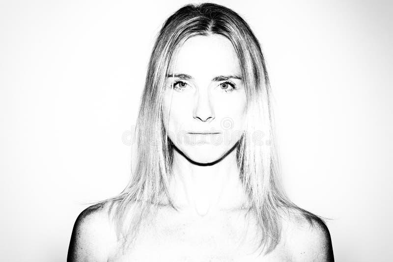 Attraktiv mogen blond kvinna med kala skuldror fotografering för bildbyråer