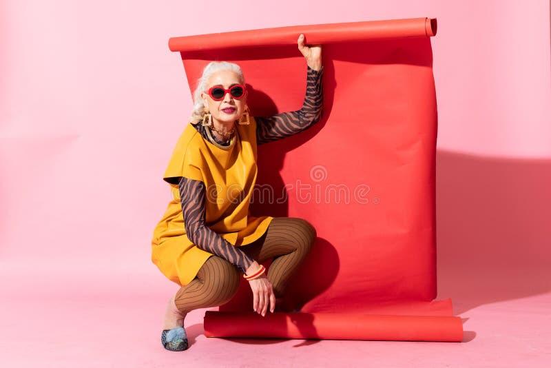 Attraktiv mogen kvinna som uttrycker positivity under skytte royaltyfri foto