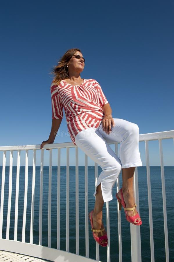 attraktiv mogen sjösidakvinna fotografering för bildbyråer