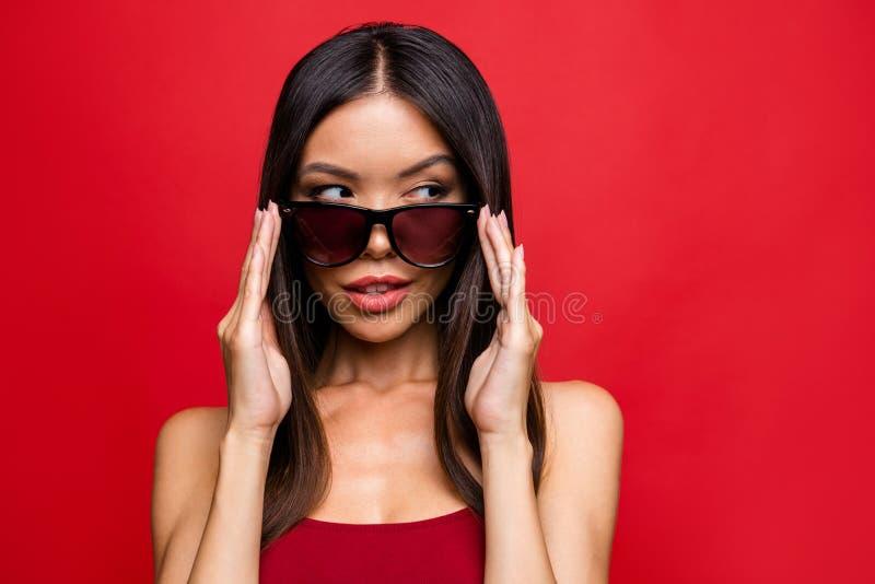 Attraktiv nätt härlig brunettla för elegant behagfull glamour royaltyfria foton
