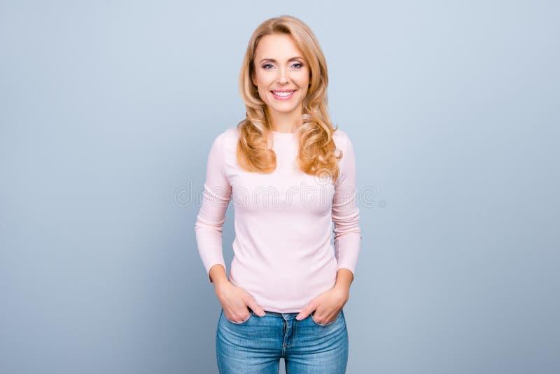 Attraktiv, nätt perfekt kvinna med att stråla leende i tillfällig nolla royaltyfria foton