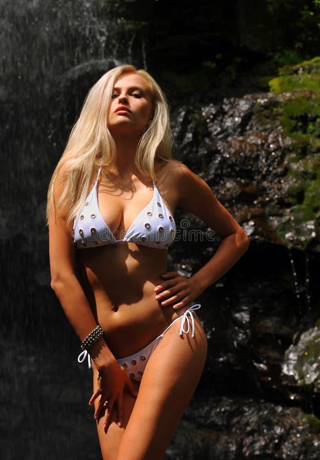 Attraktiv och förförisk blond kvinna i bikini royaltyfria bilder