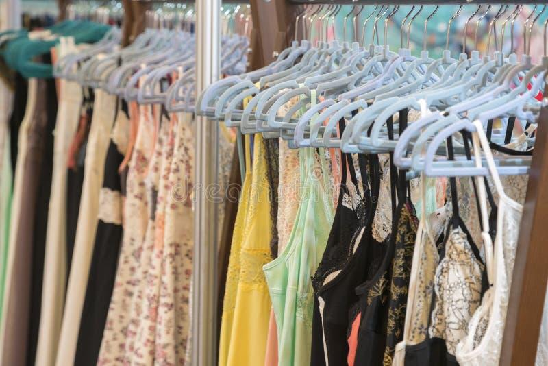 Attraktiv och förförisk damunderkläder på en hängare i kvinnors bekläda lager Kvinnor snör åt damunderkläder på en hängare i lagr arkivbilder