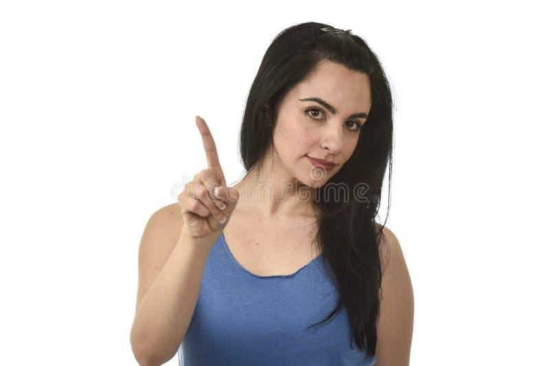 Attraktiv och ilsken kvinna som ser allvarlig och uppriven förargat och missbelåten arkivbild