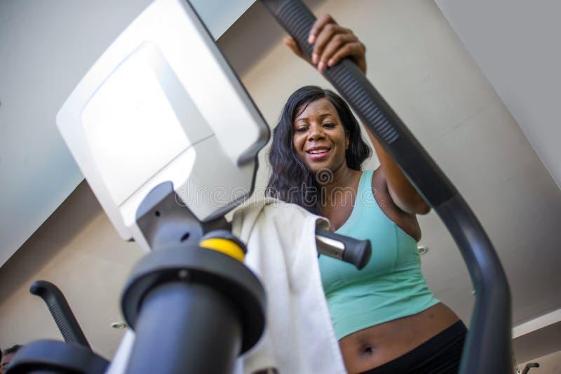 Attraktiv och lycklig svart afrikansk amerikankvinnautbildning på att le för konditionklubba som är gladlynt och som är svettigt  arkivfoton
