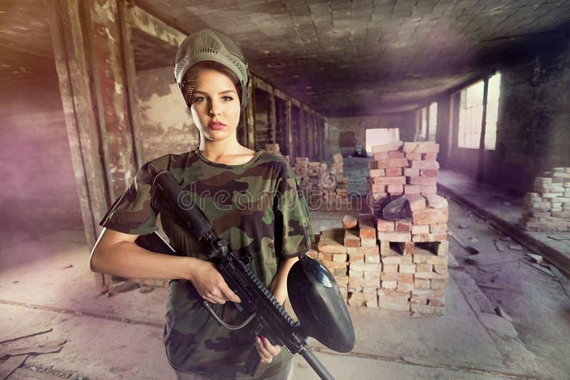 Attraktiv paintballkvinna fotografering för bildbyråer