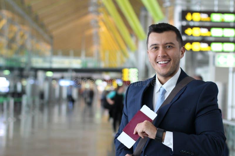 Attraktiv passagerare på flygplatsen royaltyfria foton