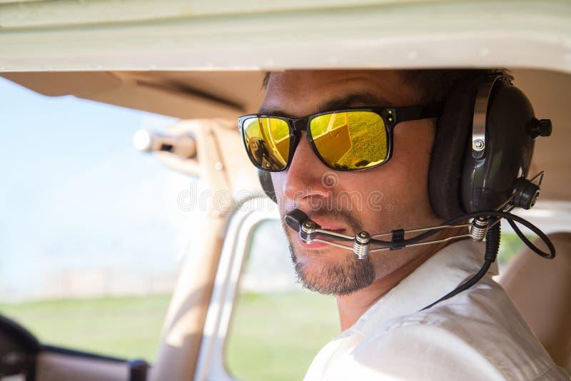 Attraktiv pilot royaltyfria bilder