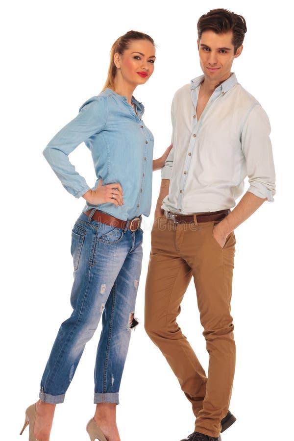 Attraktiv pojkvän och flickvän som poserar på kameran royaltyfria bilder