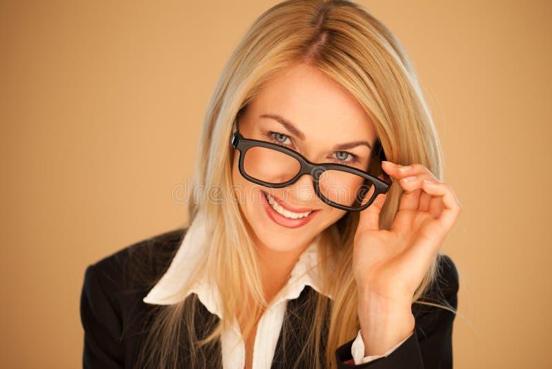 Attraktiv professional kvinna i exponeringsglas arkivbilder