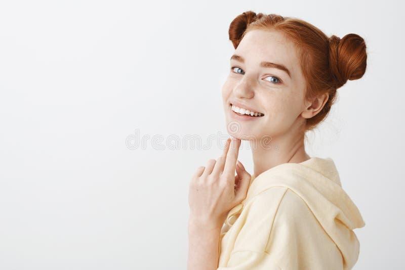 Attraktiv rödhårig mankvinna med blåa ögon som känner sig lyckliga naturligt skönhetbegrepp Studio som skjutas av säker härlig kv royaltyfri fotografi
