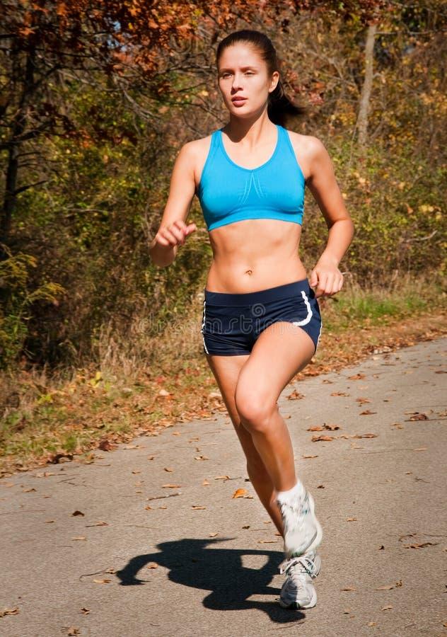 attraktiv running tonåring arkivfoto