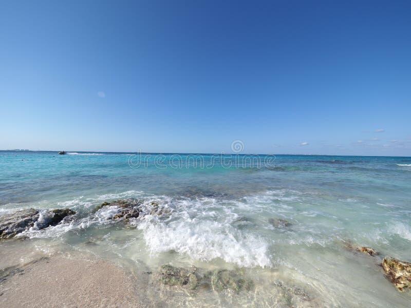 Attraktiv seascapepanorama av turkosvatten av landskapet för karibiskt hav med horisontlinjen på den Cancun staden i Mexico fotografering för bildbyråer