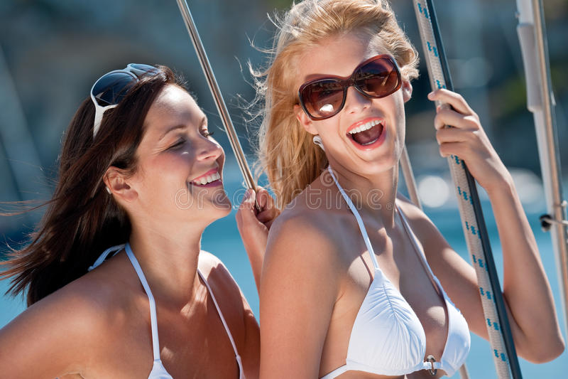attraktiv segelbåt som ler kvinna två arkivfoton